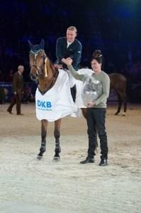 Mario Stevens bei der Siegerehrung mit dem Vorstandschef der DKB Stefan Unterlandstättner