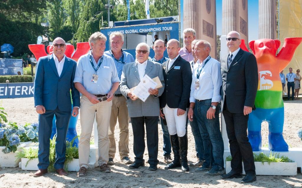Wolfgang Meyer mit den Parcourschefs
