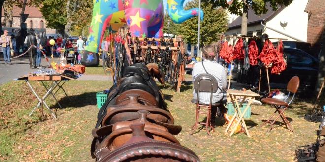 Eingang zum Gutengermendorfer Pferde- und Hobbymarkt (Foto: Margot Schöning)