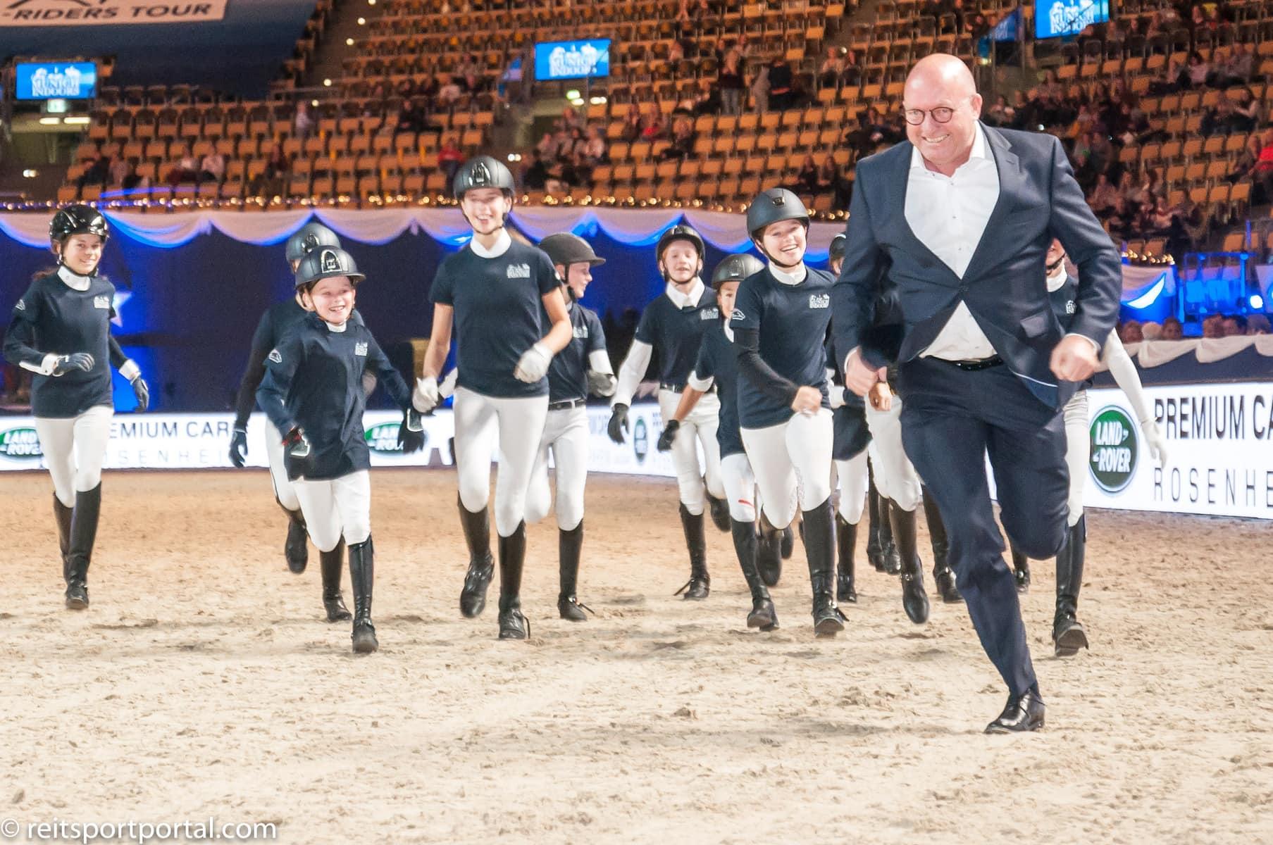 Die Ehrenrunde der Pony-Reiterinnen-und Reiter mit Turnierchef Volker Wulff