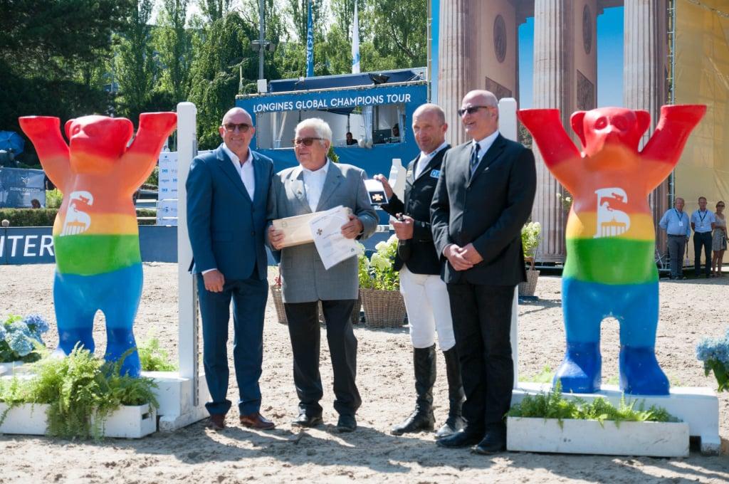 Parcourschef Wolfgang Meyer wird mit dem Goldenen Reiterkreuz geehrt