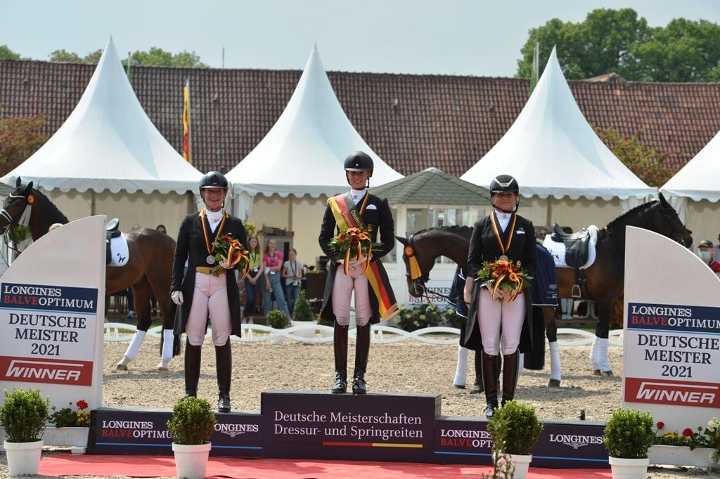 Jessica von Bredow-Werndl, Isabell Werth und Dorothee Schneider auf dem Podium der Deutschen Meisterschaft im Grand Prix Special (Foto:Anke Gardemann)